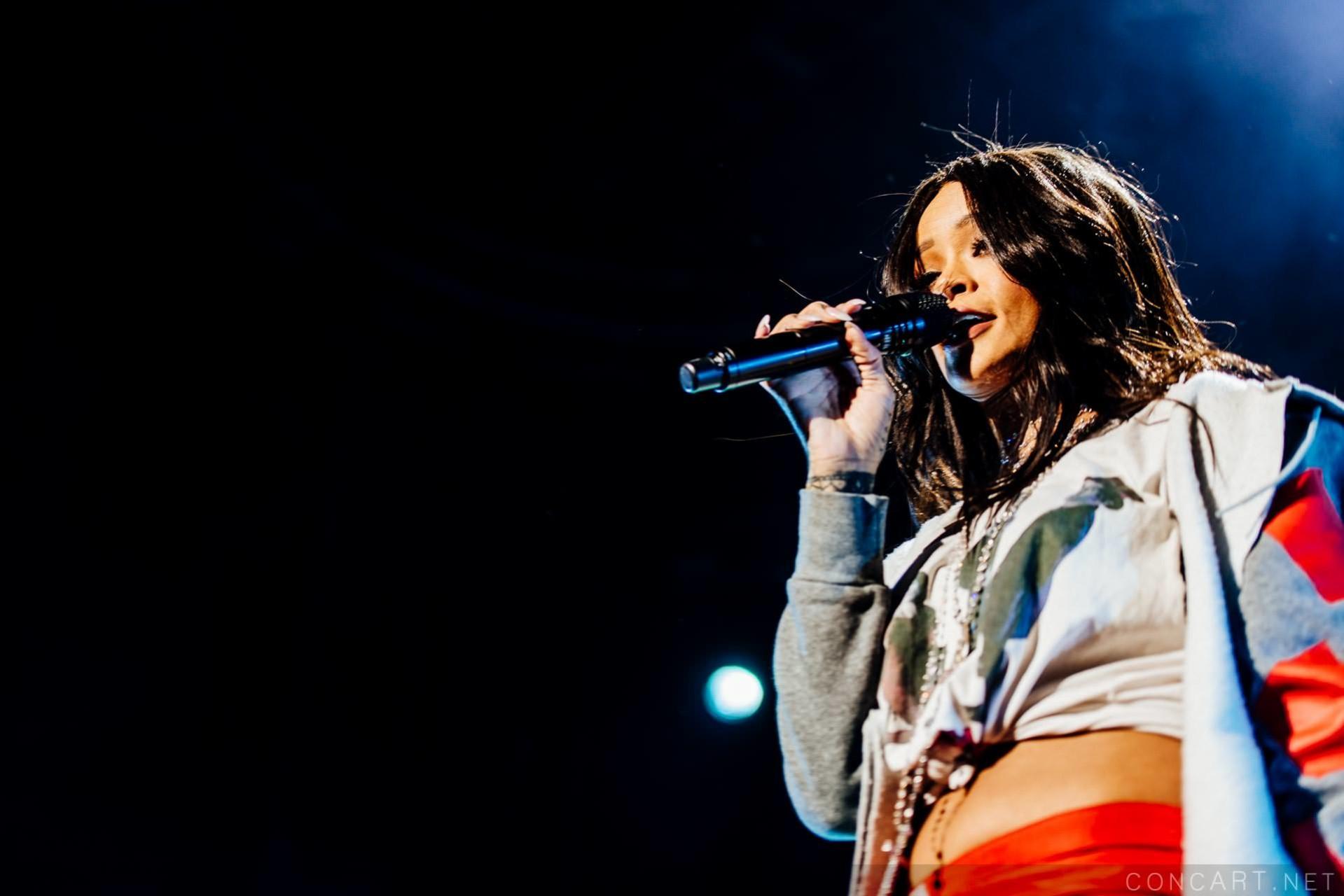 Rihanna photo by Sean Molin 24
