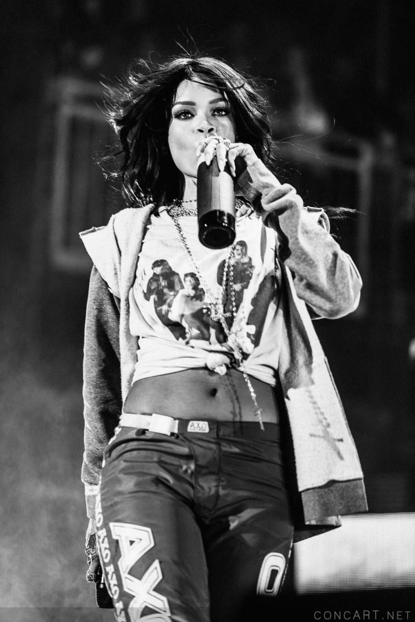 Rihanna photo by Sean Molin 32